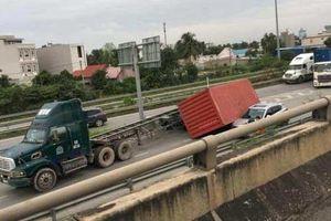 Kinh hoàng thùng container 40 feet đè ôtô trên cao tốc Long Thành - Dầu Giây