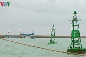Thời tiết xấu cản trở nỗ lực cứu hộ tàu chở dầu chìm ở đảo Phú Quý