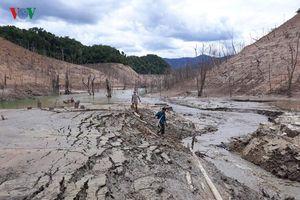 Hồ thủy điện lớn nhất Nghệ An cạn trơ đáy, cuộc sống người dân đảo lộn