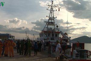 Đón 7 thuyền viên tàu Nghệ An gặp nạn về đất liền