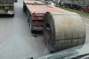 TP. HCM: Tài xế tung cửa tháo chạy vì cuộn thép hàng chục tấn từ xe đầu kéo rơi đè trúng ô tô