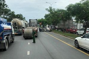Cuộn thép 20 tấn lao trúng xe 4 chỗ trên đường Nguyễn Văn Linh