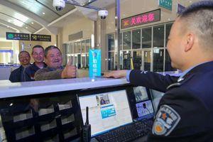 Trung Quốc cài ứng dụng giám sát vào điện thoại khách đến Tân Cương
