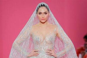 'Biểu tượng gợi cảm' Thái Lan mặc xuyên thấu diễn catwalk ở Pháp