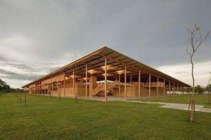 'Chất ngất' trường giữa rừng bằng gỗ và gạch bùn cho học sinh nghèo