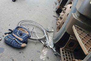 Kon Tum: Băng qua đường, cháu bé bị xe tải húc văng