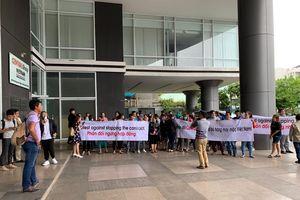 Gần 200 nhà cung cấp hàng may mặc phản đối trước trụ sở BigC