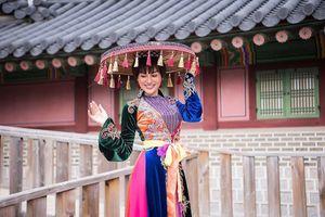 Trần Huyền Nhung diện áo tứ thân độc lạ, trẻ trung tại đất nước Hàn Quốc