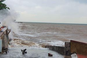 Du khách vô tư rủ nhau đi ngắm biển Hải Phòng khi bão số 2 sắp vào bờ