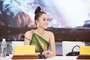 Diện đầm lệch vai quyến rũ, Hoa hậu Tiểu Vy hào hứng trở thành đại sứ Quảng Bình