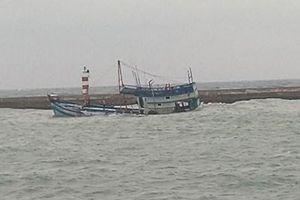 Vụ tàu chở 71 tấn dầu chìm ở đảo Phú Quý: Mới hút được 5 tấn dầu