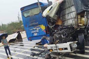 Quảng Bình: Xe khách va xe tải, nhiều người bị thương