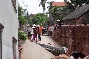 Hà Nội: Đường làng bỗng nhiên nứt gãy, nhà hai tầng lún sâu vào lòng đất