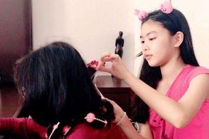 Con gái Lọ Lem của MC Quyền Linh trổ tài làm tóc cho con gái NS Hồng Vân, khán giả thốt lên: Vừa xinh vừa khéo tay quá!