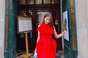 Diễm My 9x xinh đẹp, điệu đà với váy đỏ khi thăm thú Ba Lan