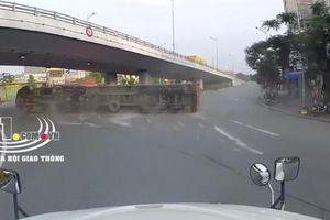 Clip: Tranh thủ đường vắng, tài xế container vào cua tốc độ cao khiến xe lật nhào