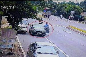 Hai người ngoại quốc giả vờ đổi tiền rồi cướp của chủ xe tải