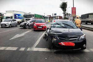 Clip: Ô tô lao điên cuồng, tông nhiều xe đang dừng chờ đèn đỏ tại Hà Nội