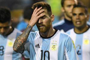 Cầu thủ Argentina đi bộ trong tình huống Brazil ghi bàn thắng thứ 2