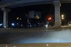 Vượt đèn đỏ, xe máy phóng tốc độ cao gây tai nạn nghiêm trọng
