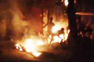 Nam Định: Con trai đổ xăng lên người bố đẻ rồi châm lửa tự thiêu