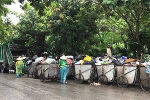 Dân chặn xe vào bãi rác Nam Sơn: Nhiều phố Hà Nội 'ngập' rác thải