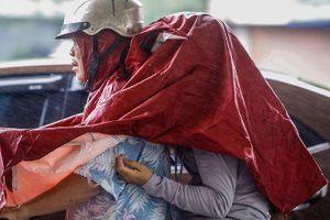 Người dân Thủ đô 'chật vật' trong ngày mưa bão
