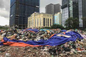 Ớn lạnh với 'núi rác' trên lô đất hoang giữa Hà Nội