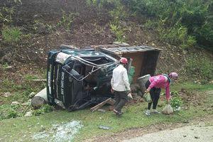 Xe tải lật trên dốc cao, tài xế thoát chết