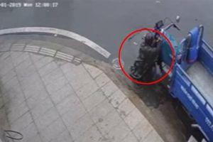 Trộm mặc áo mưa, bẻ khóa lấy xe ba gác nhanh như chớp