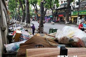 Hà Nội: Rác sinh hoạt ùn ứ hàng dài trên nhiều tuyến phố