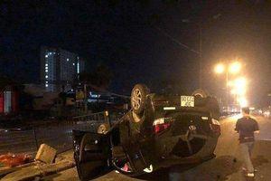 Hà Nội: Nữ tài xế húc sập hàng rào sắt, xe lật ngửa trên đường Ngọc Hồi