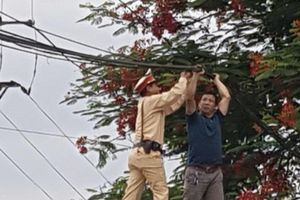 CSGT Thủ đô xử trí an toàn vụ dây cáp 'bẫy' người đi đường