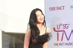 Dáng vừa đẹp lại vừa cao Joy (Red Velvet) cứ chăm chăm 'bỏ bùa' fan bằng kiểu váy khó mặc này