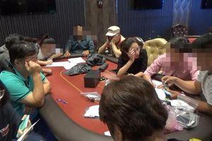 Phá sòng bạc Poker 'khủng' ở Sài Gòn, bắt quả tang gần 40 con bạc là người nước ngoài