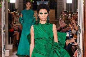 Con gái cưng của Cindy Crawford khoe trọn vẻ đẹp 'hủy diệt' tại show nhà Valentino