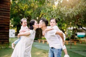 Khánh Thi - Phan Hiển vừa cõng con vừa hôn nhau ngập tràn hạnh phúc, fan thả tim mỏi tay