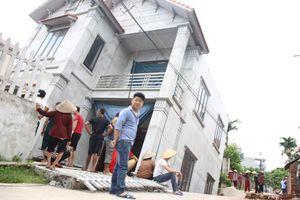 Hà Nội: Di dời khẩn cấp 4 nhà dân nguy cơ sụt xuống thành 'hố tử thần'