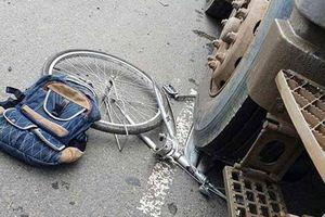 Đạp xe băng qua đường, bé trai 13 tuổi bị ô tô tải tông nguy kịch