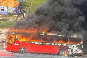 Xe khách chập điện bốc cháy, 13 hành khách hoảng loạn kêu cứu