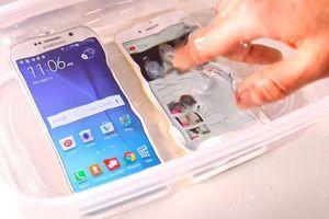 Samsung bị kiện vì quảng cáo điện thoại chống nước