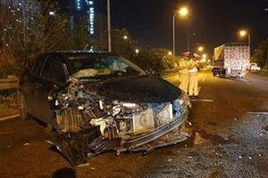 Ô tô 5 chỗ biến dạng sau cú đâm xe tải trên đại lộ Thăng Long