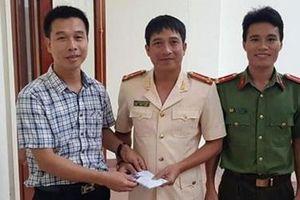 Trao tiền hỗ trợ cán bộ, chiến sỹ tham gia phòng chống cháy rừng