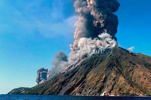 Núi lửa ở Italy phun trào, 1 khách du lịch thiệt mạng