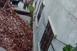 Hà Nội: Di dời nhiều hộ dân sống sát ngôi nhà bị 'hố tử thần' nuốt chửng