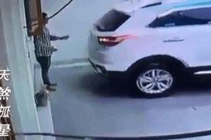 CLIP: Ra hiệu cho vợ lùi xe, chồng bị ép chặt vào tường, dân mạng lập tức chỉ ra lỗi sai