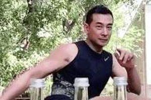 Tài tử phim Phong Vân tung một cú đá bật 3 nắp chai