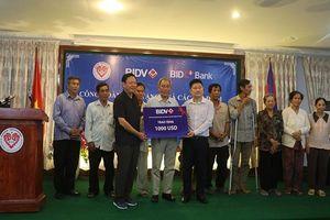 Tặng quà cho các gia đình Việt kiều Campuchia có công với cách mạng
