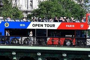 Paris hạn chế lưu thông xe buýt vì quá tải khách du lịch