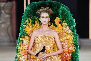 Chiếc váy hình cỗ quan tài của nhà thiết kế Trung Quốc gây chú ý